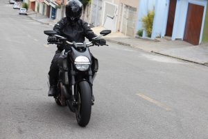 Dori avaliando a Diavel